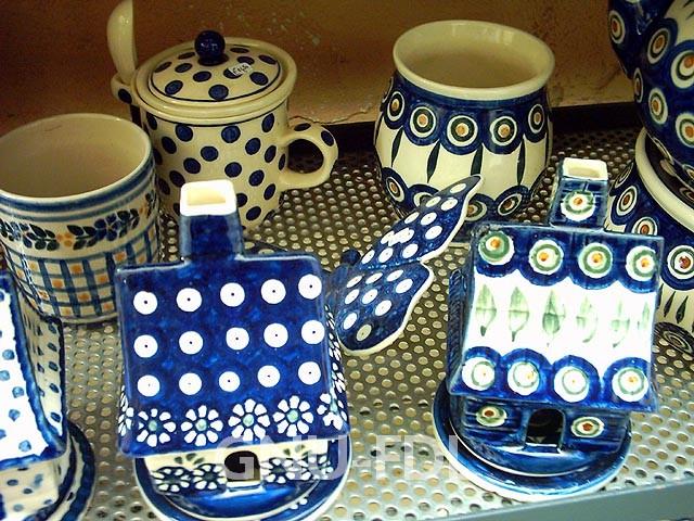 Ceramika bolesławiecka. Fot. Wikimedia Commons, autor: Wolpertinger from de.wikipedia.org, lic. CC-BY-SA-3.0)