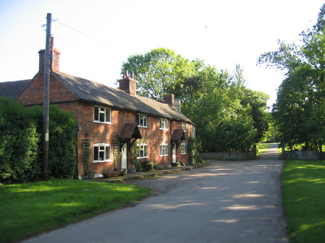 Cottages, Idlicote. With the gateway to the drive to Idlicote House visible beyond.