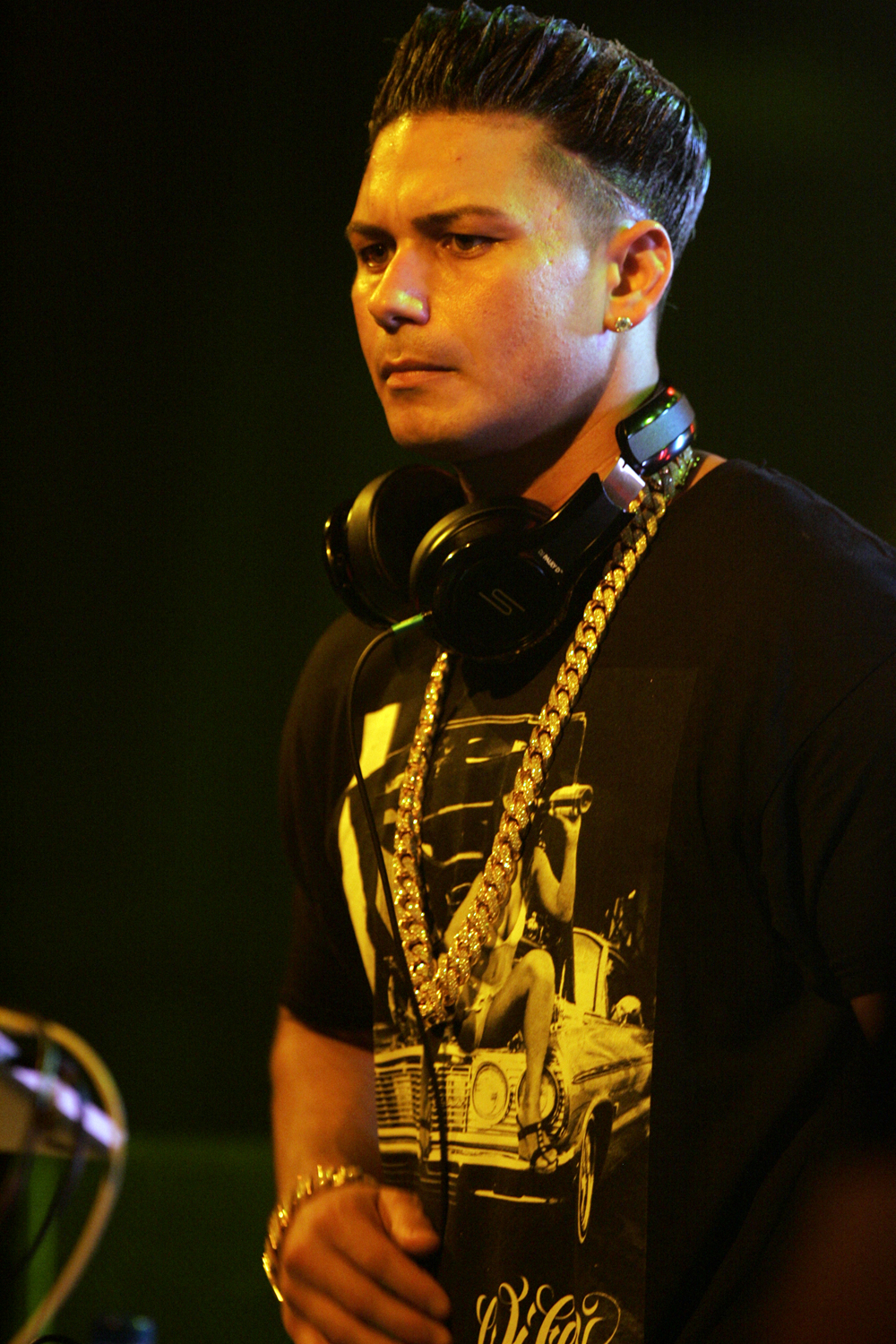 Pauly D with a haircut to sport the Blowout hairstyle during a DJ party