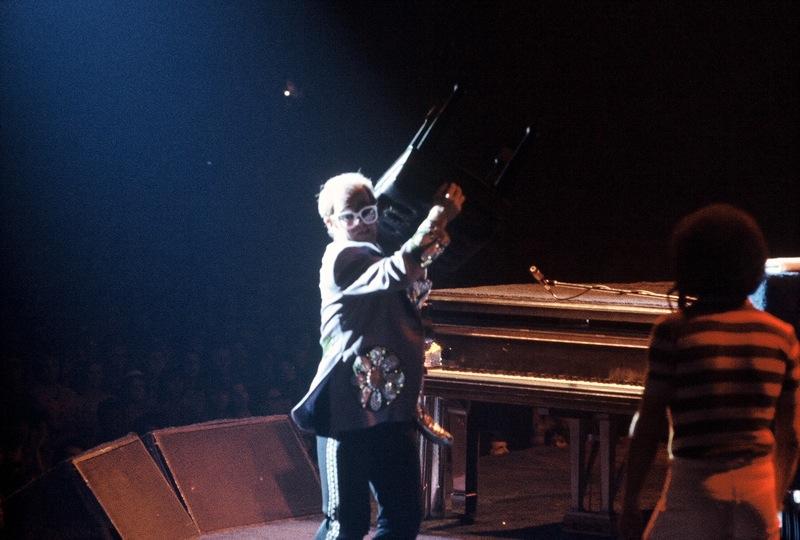 Elton John durante un concierto en 1975