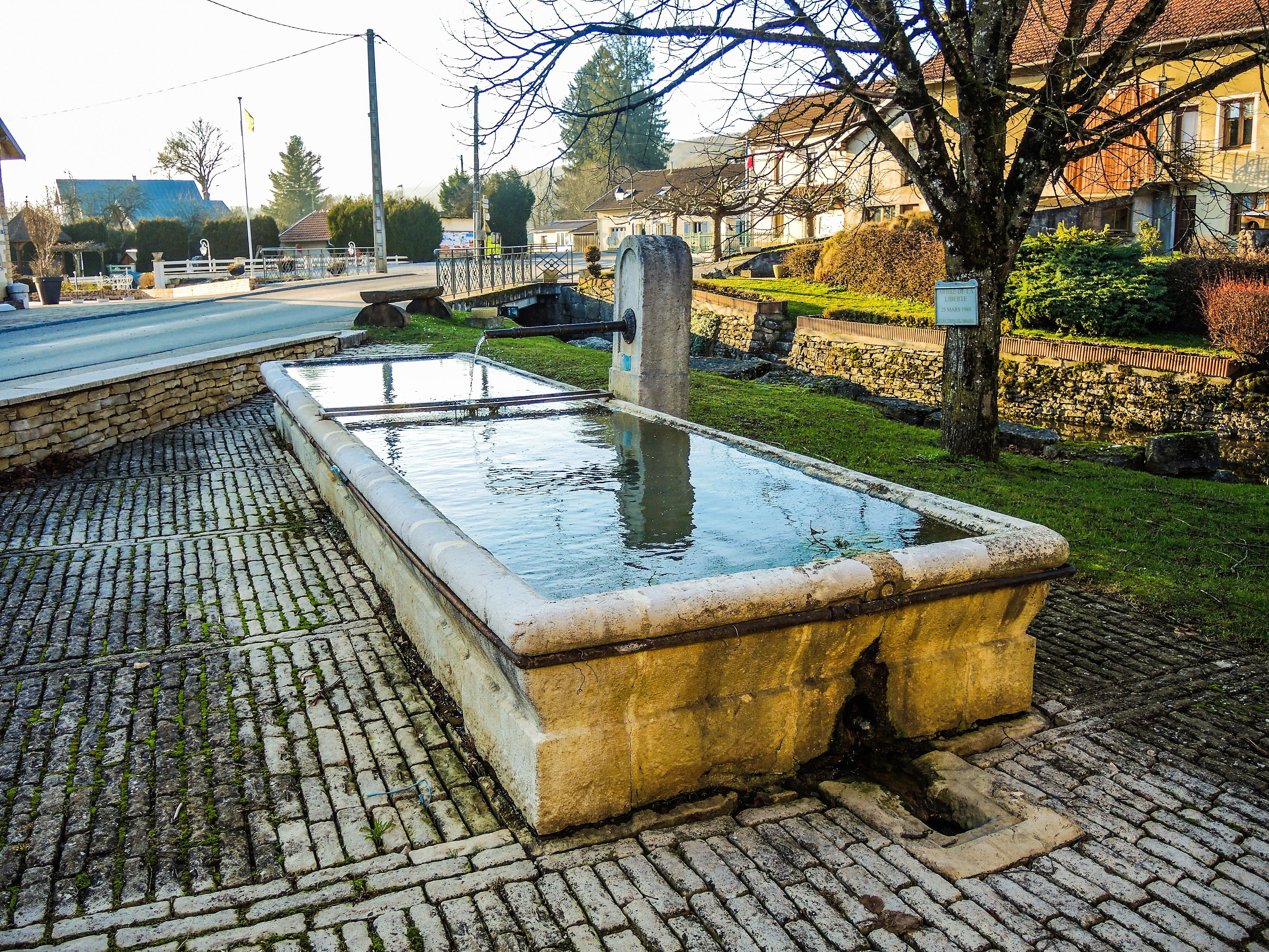 File:Fontaine-lavoir, sur la place du village.jpg - Wikimedia Commons