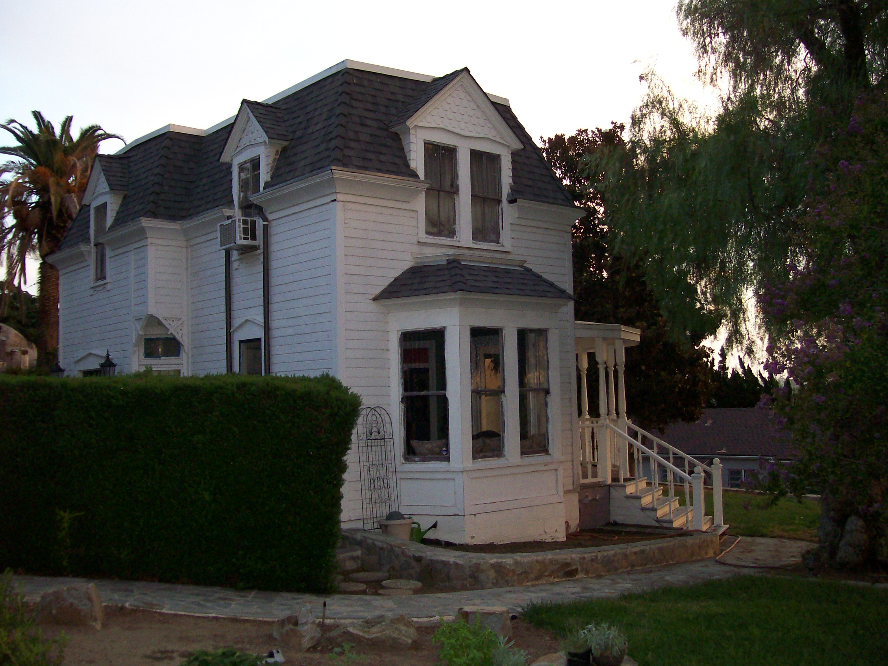 File howell house in escondido ca jpg wikimedia commons for Build a house for 150k