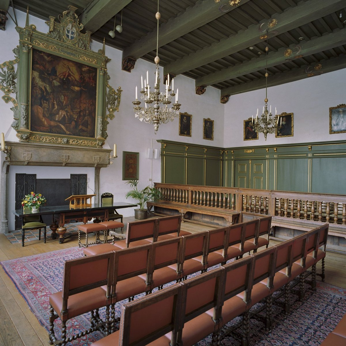 https://upload.wikimedia.org/wikipedia/commons/9/9d/Interieur%2C_overzicht_Schepenzaal_-_Zwolle_-_20364856_-_RCE.jpg