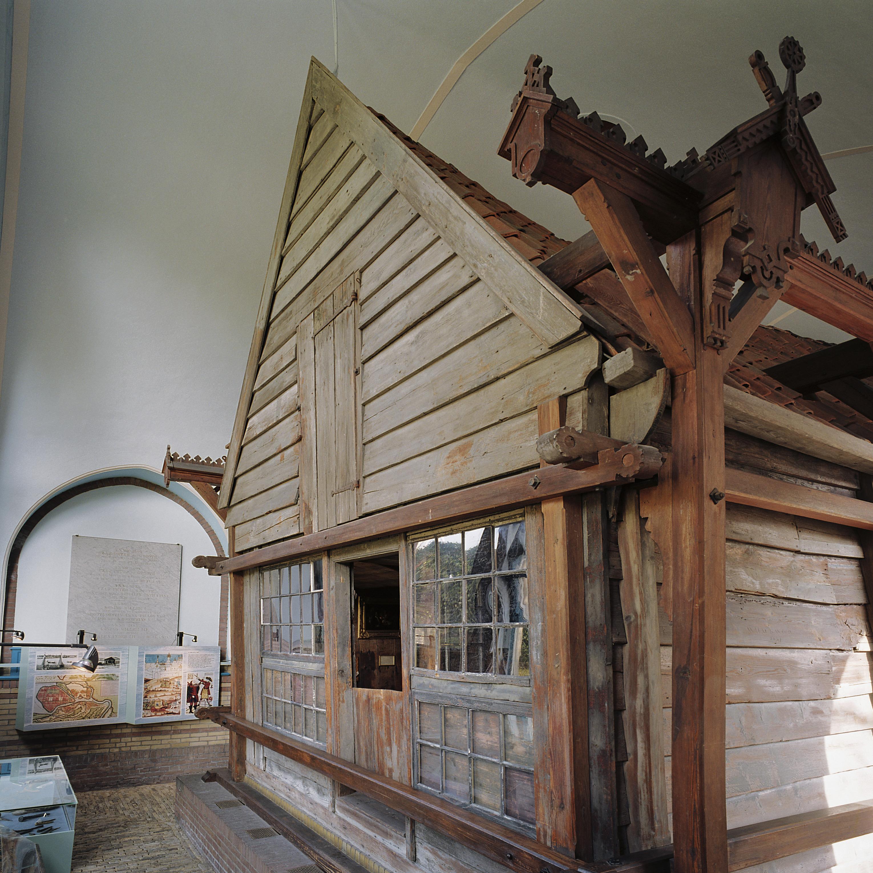 Datei interieur buitenkant van het houten huis binnen het stenen huis zaandam 20341837 for Interieur van eigentijds huis foto