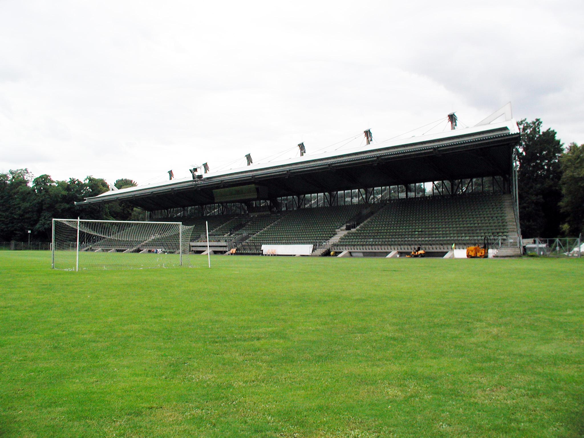 Haupttribüne des Stadions