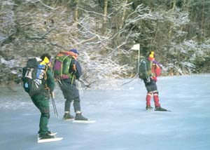 Tre personer som åker långfärdsskridsko