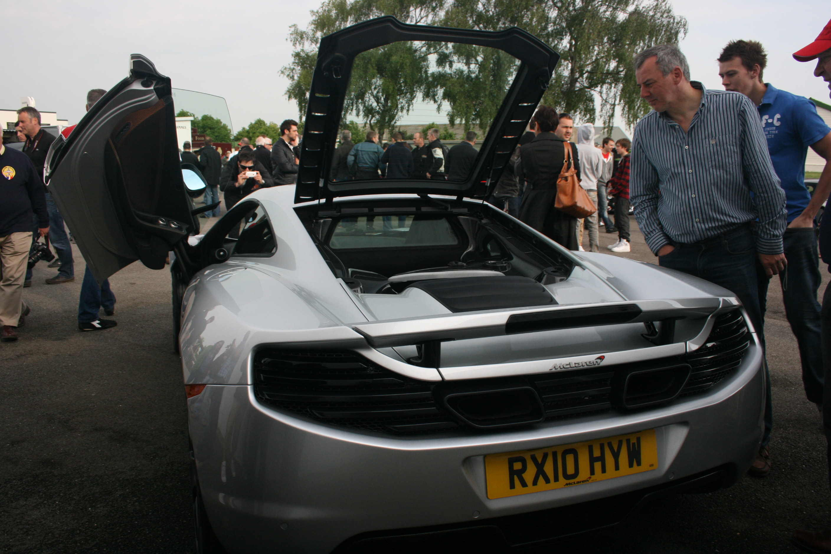 https://upload.wikimedia.org/wikipedia/commons/9/9d/McLaren_MP4-12C_rear.jpg