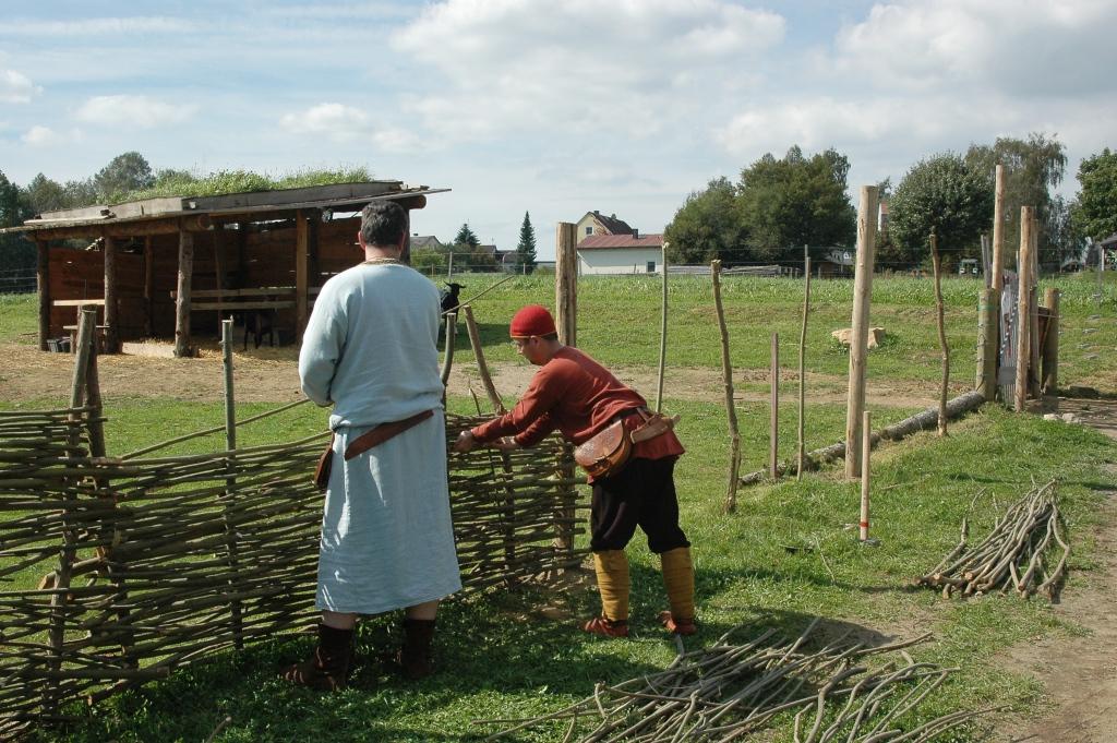 Slawischer Flechtzaun von Darstellern des Geschichtspark Bärnau in historischer Gewandung