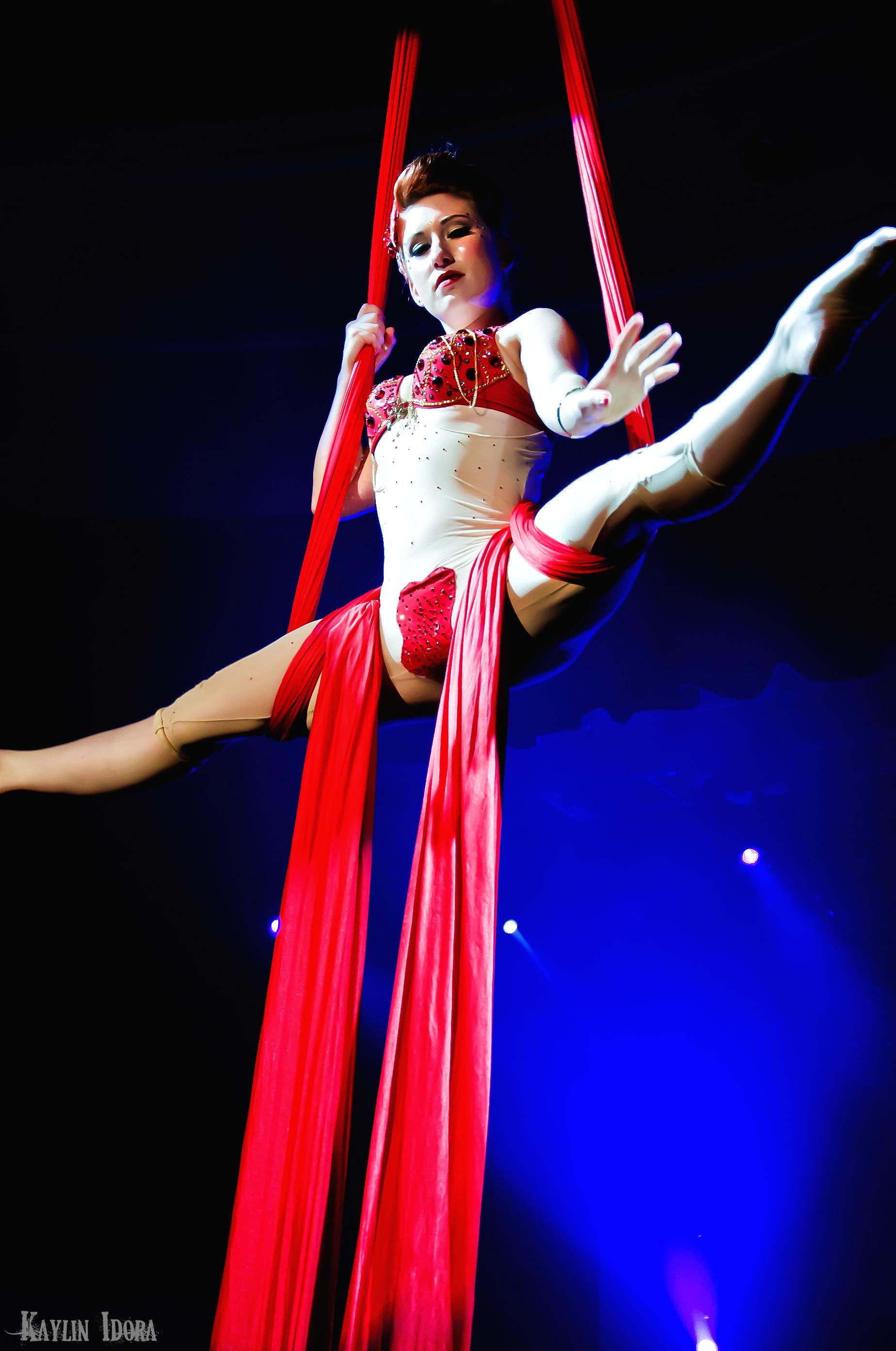file nola burlesque 2010 acrobatics     wikimedia commons