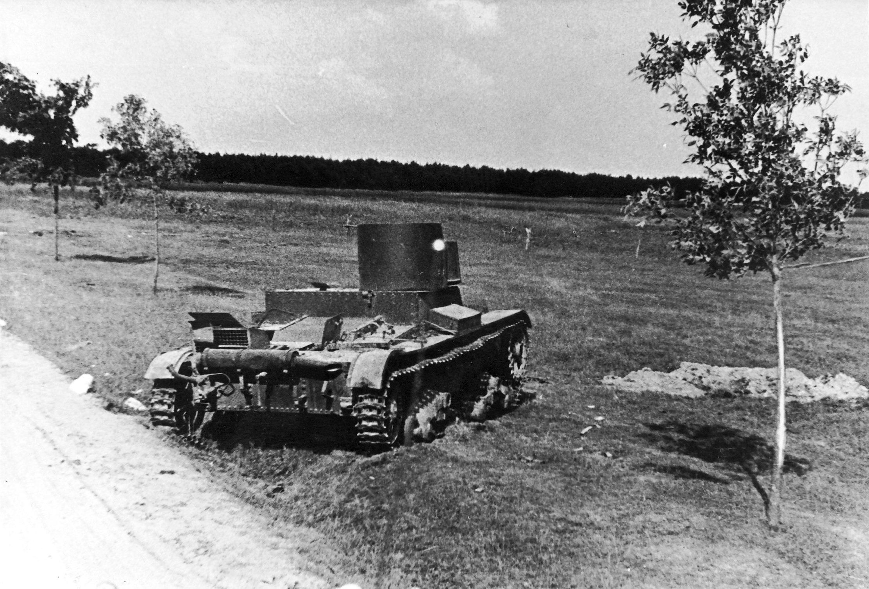 Description Operation Barbarossa - broken tank.jpg