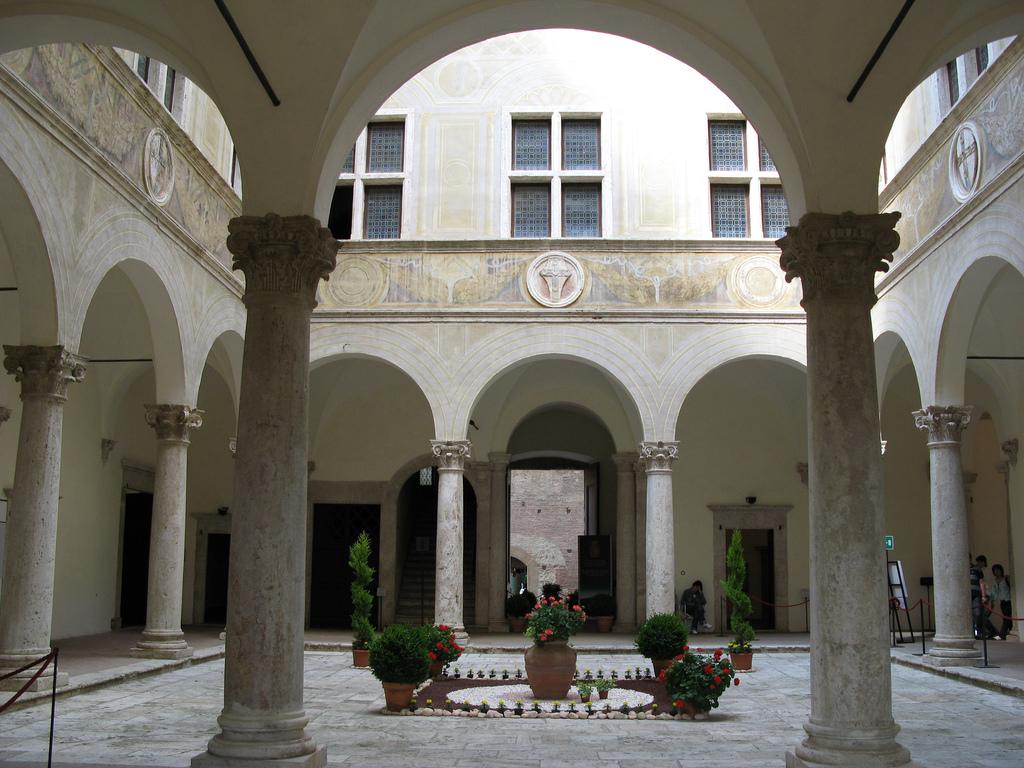 File palazzo piccolomini 03 wikimedia commons for Mini palazzi