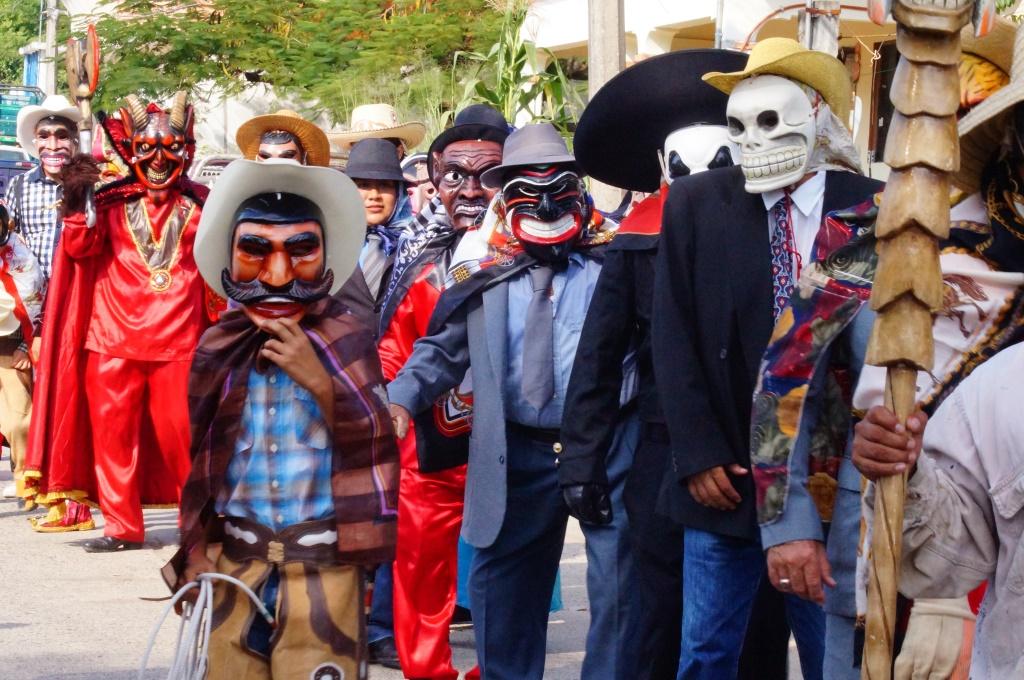 FilePersonas con trajes tradicionales y màscaras de madera en el Festival \u0026quot;Xantolo\u0026quot;