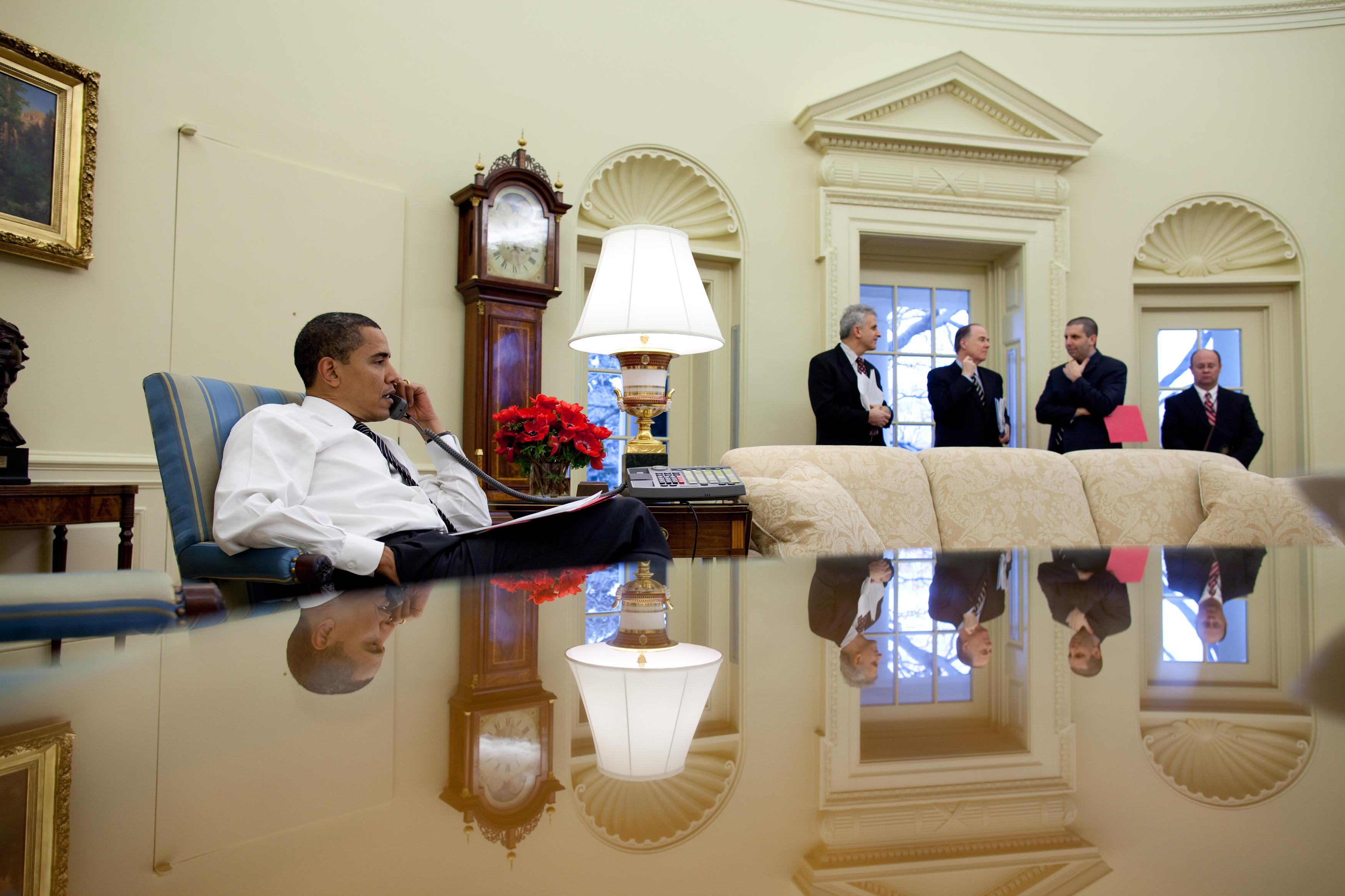 File president barack obama calls foreign leaders in the for Barack obama maison blanche