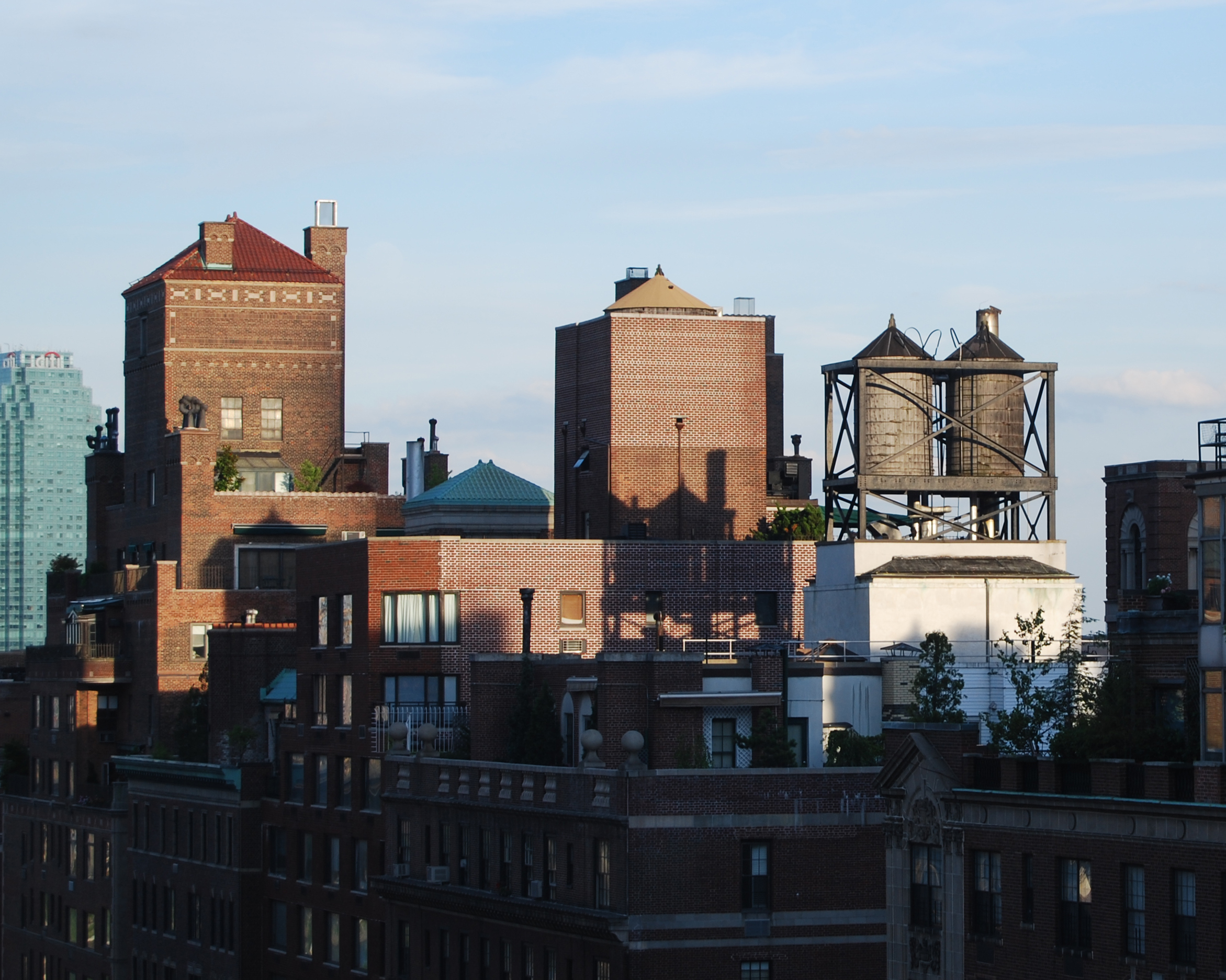 file rooftop water towers on new york apartment wikimedia commons. Black Bedroom Furniture Sets. Home Design Ideas