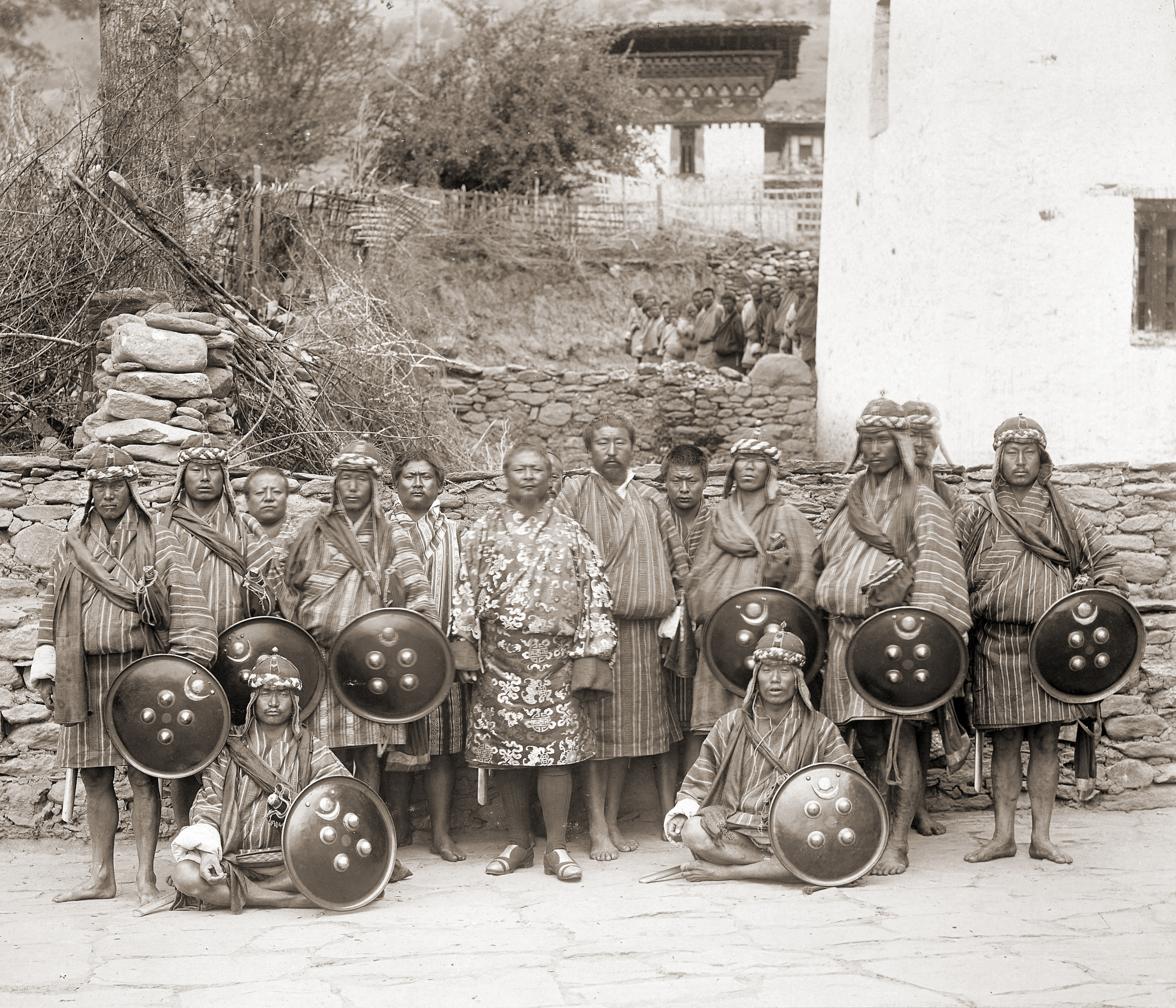 https://upload.wikimedia.org/wikipedia/commons/9/9d/Sir_Ugyen_Wangchuck%2C_with_his_bodyguards%2C_Tongsa_Dzong_in_Bhutan%2C_1905.jpg