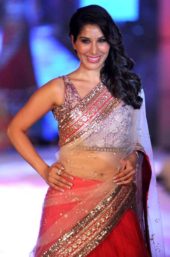 file sophie choudry walks for manish malhotra amp shaina nc