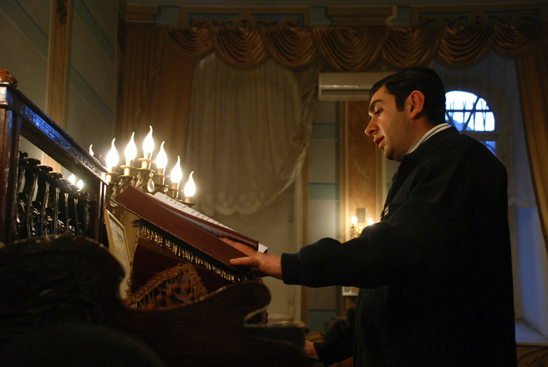 http://upload.wikimedia.org/wikipedia/commons/9/9d/Tbilisi_synagogue%2C_Hanukkah_-_prayer_02.jpg