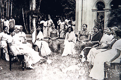File:The Nehru family in Sri Lanka in 1932.jpg