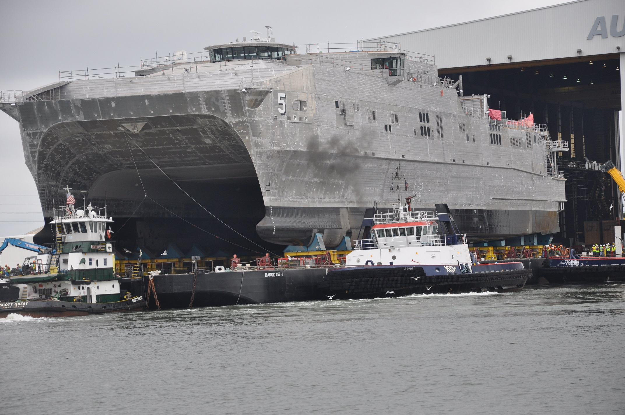 Joint High Speed Vessel (JHSV) - navires à grande vitesse USNS_Trenton_%28JHSV-5%29_is_rolled_out_at_Austal_USA_in_September_2014