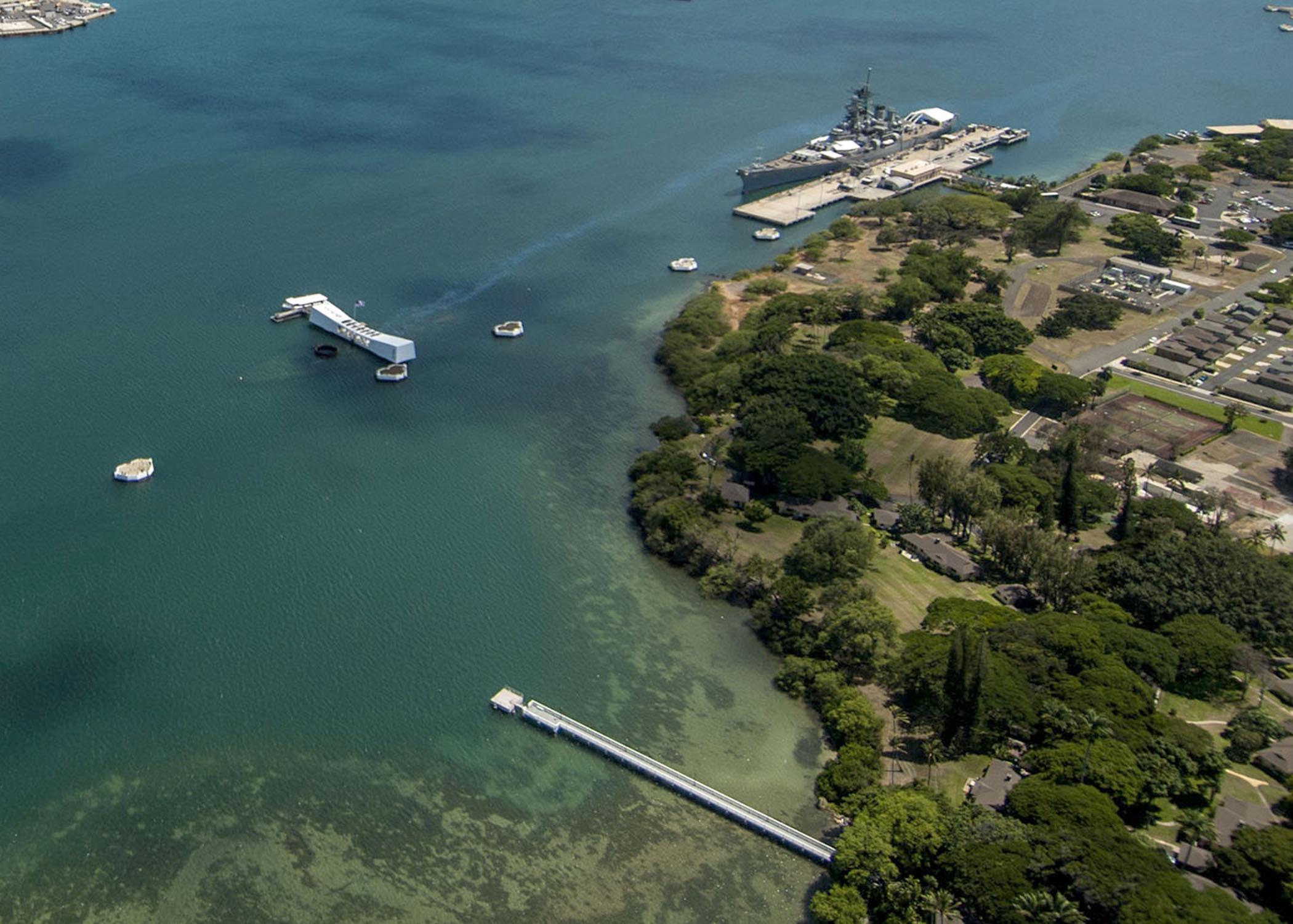 USS_Arizona_and_USS_Missouri_Memorials_aerial_view_2013.JPG