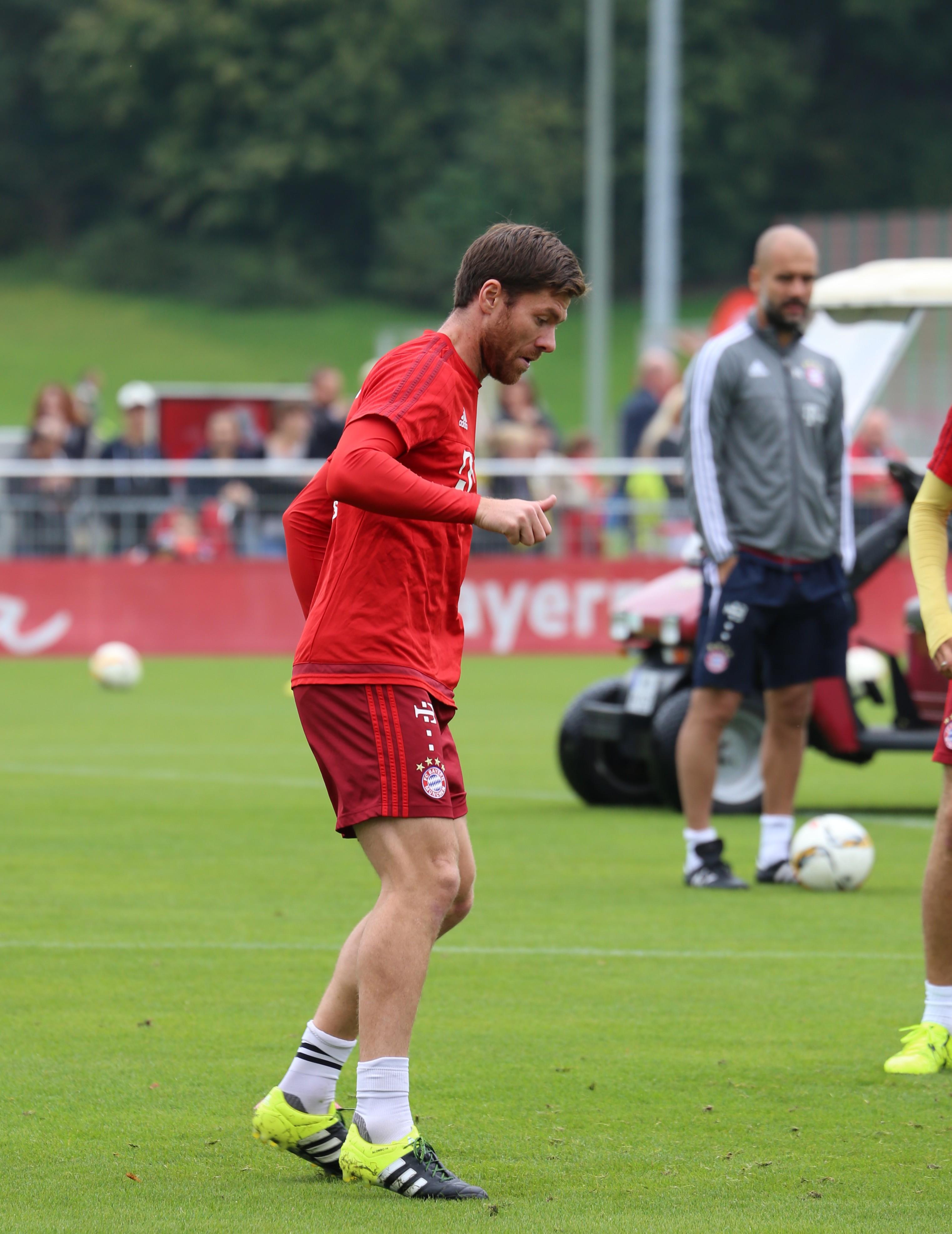 File Xabi Alonso Training FC Bayern München 1 Wikimedia mons