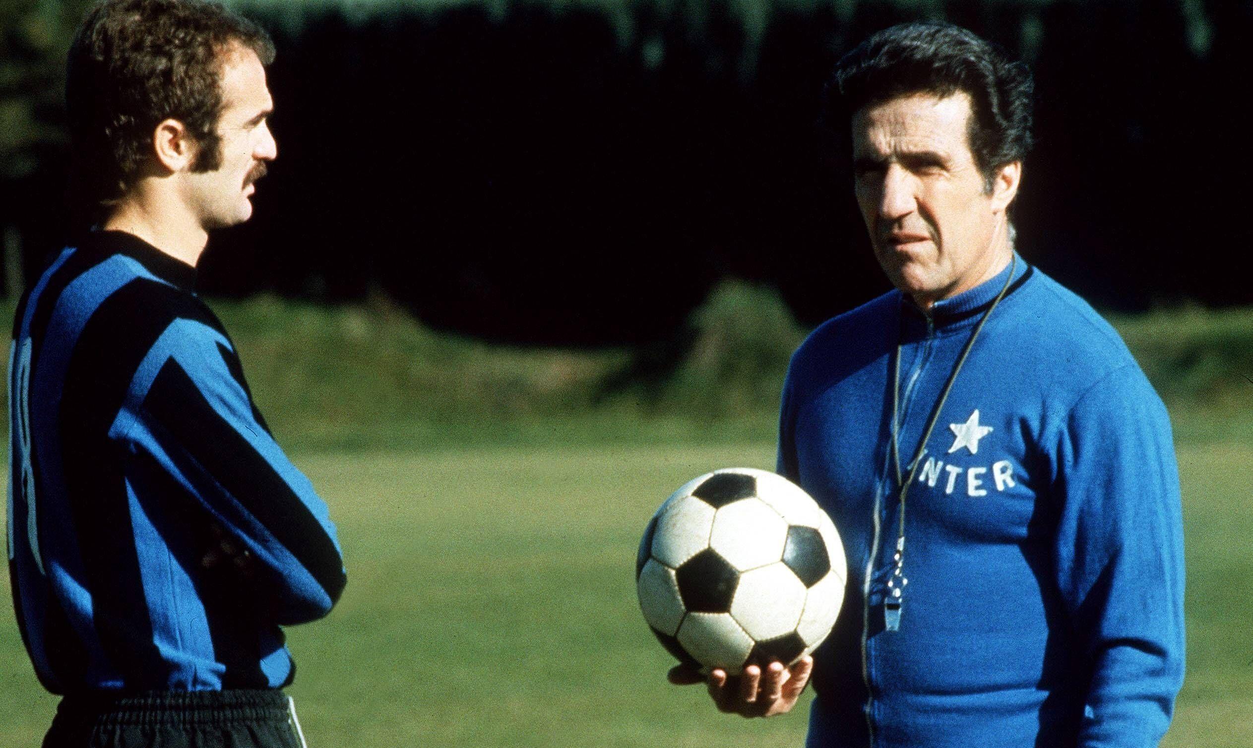 https://upload.wikimedia.org/wikipedia/commons/9/9e/1973%E2%80%9374_Inter_Milan_-_Sandro_Mazzola_and_Helenio_Herrera.jpg