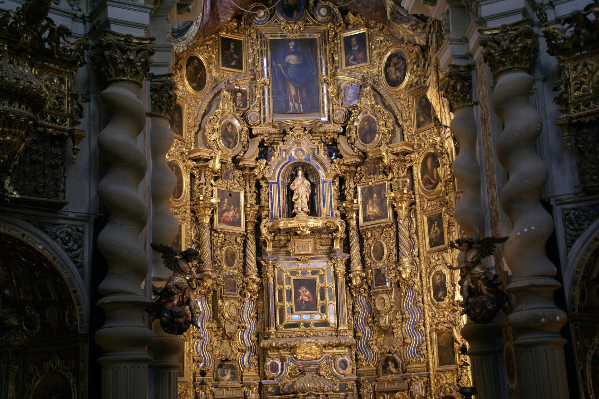 http://upload.wikimedia.org/wikipedia/commons/9/9e/2007.10.04_228_Iglesia_San_Luis_Sevilla.jpg