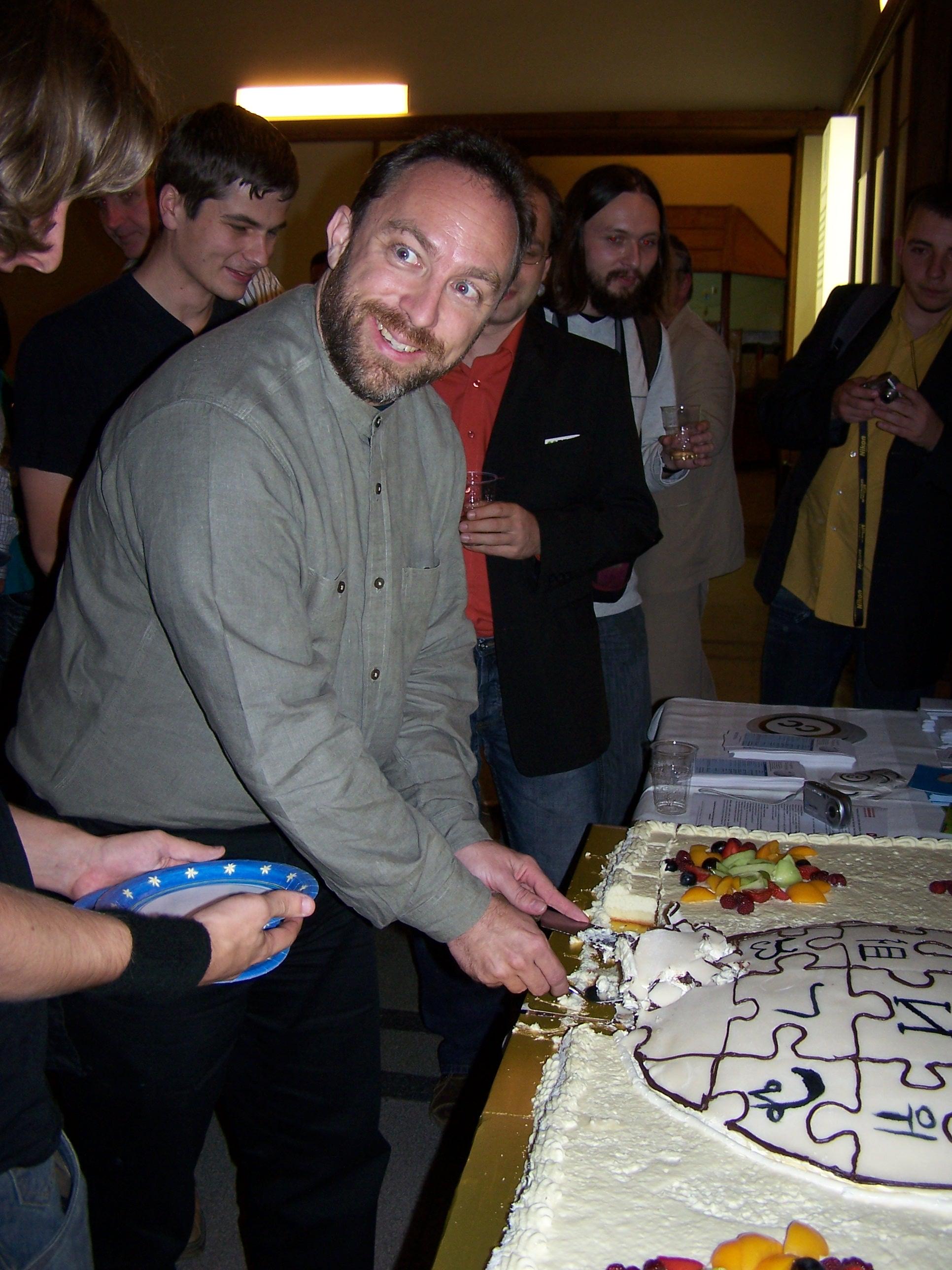 5. urodziny polskiej Wikipedii - Jimbo Wales (krojenie tortu) 02.JPG