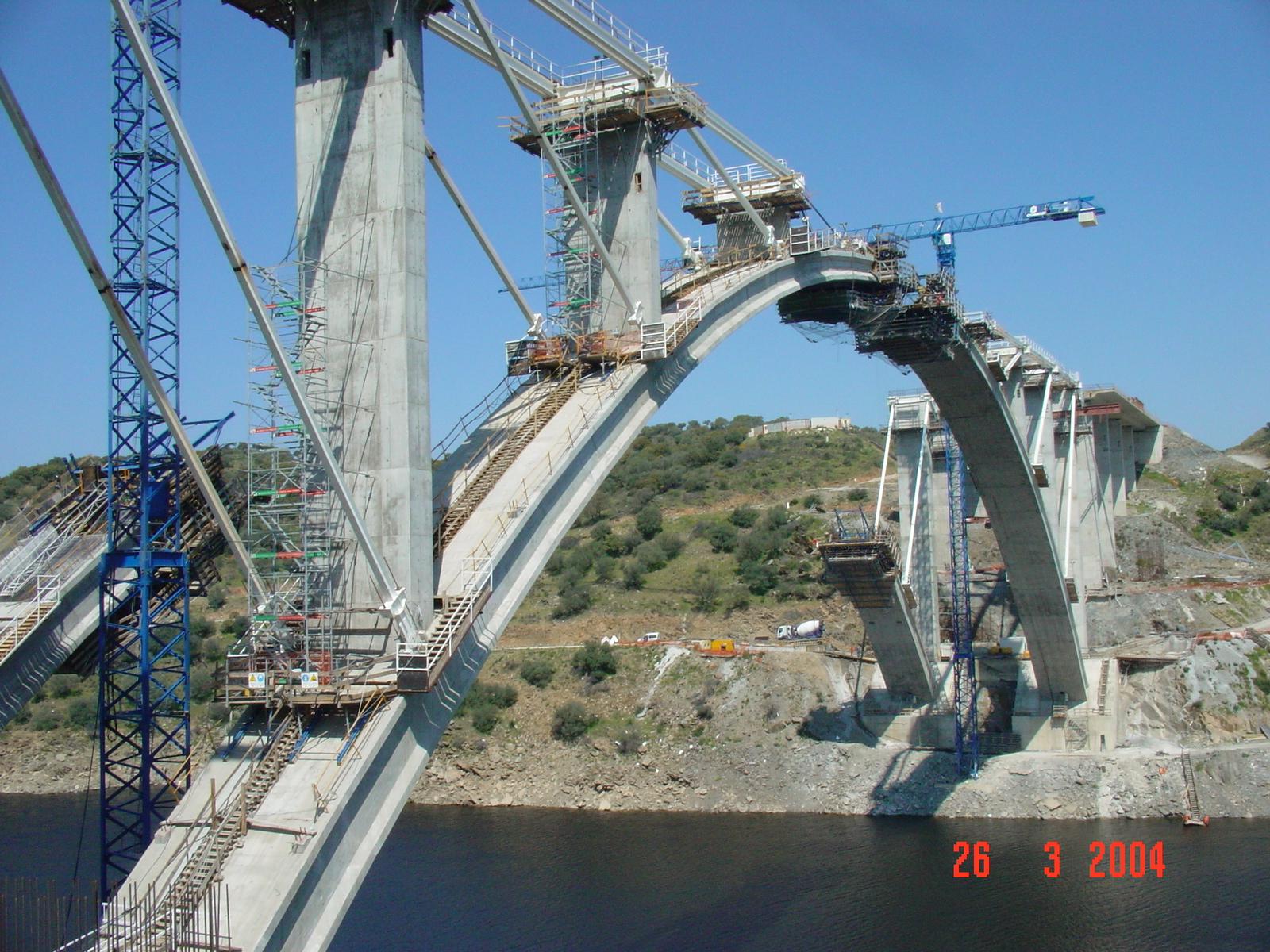 Description A-66. Construcción del puente sobre el río Almonte.JPG