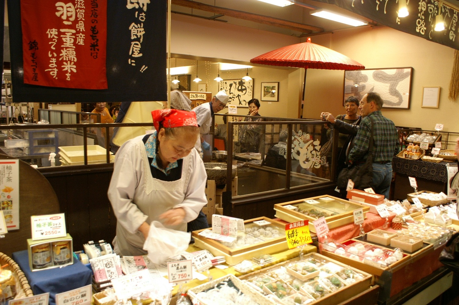 https://upload.wikimedia.org/wikipedia/commons/9/9e/A135_Japan_Kyoto_All_foods_for_sale_(4764436486).jpg