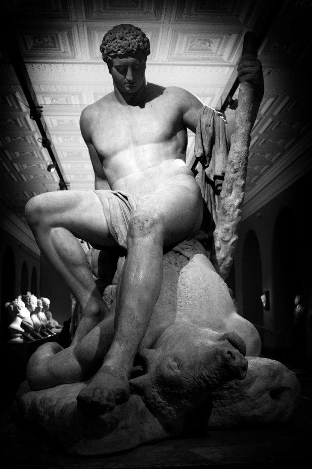 Sculpture de Thésée et du Minotaure vaincu par Antonio Canova au V&A. Photo d'Iza Bella.