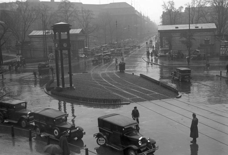 Potsdamer Platz, Bundesarchiv, Bild 102-13993 / CC-BY-SA 3.0 [CC BY-SA 3.0 de (https://creativecommons.org/licenses/by-sa/3.0/de/deed.en)], via Wikimedia Commons