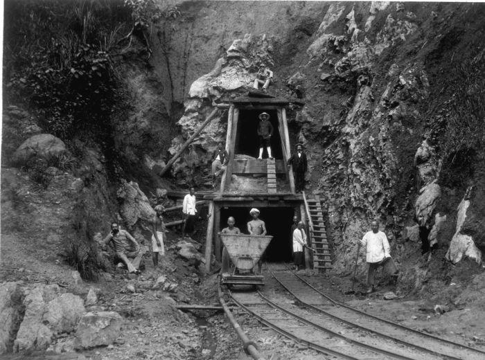 File collectie tropenmuseum een ingang van de ombilin steenkoolmijnen bij sawahloento tmnr - Ingang van een huis ...