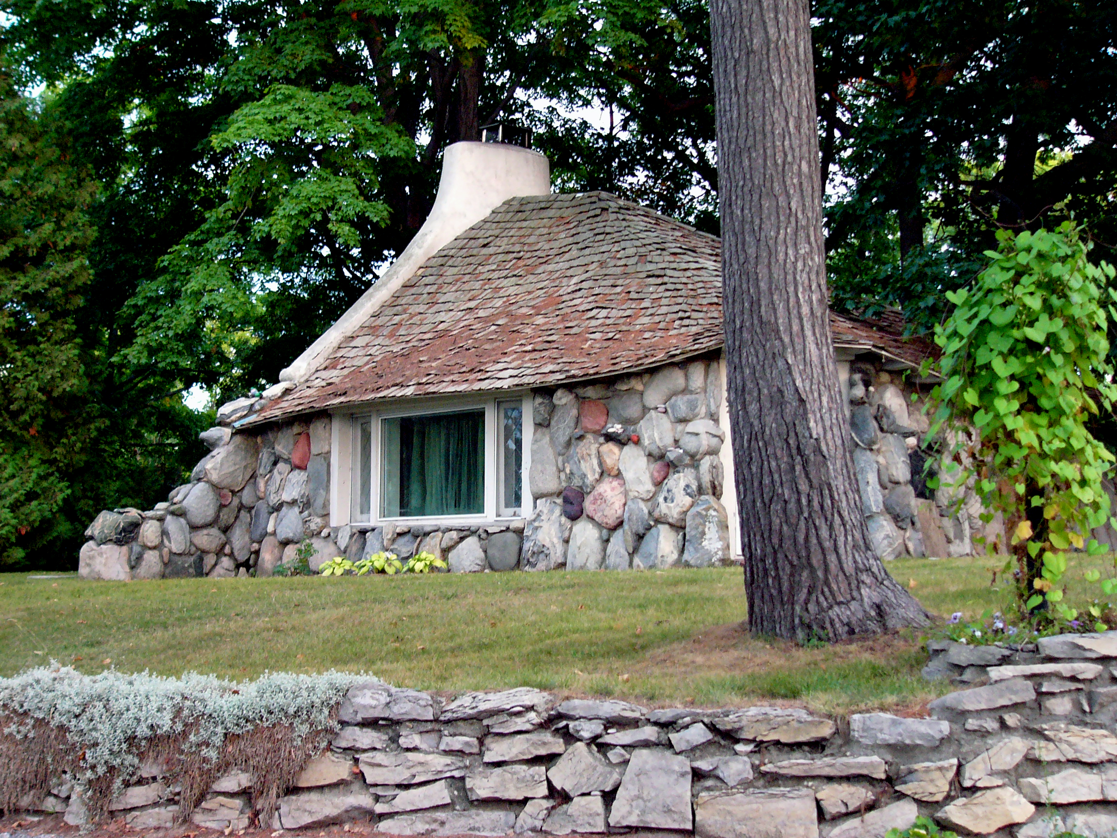 File charlevoix mushroom house 1332872112 jpg for Building a home in michigan