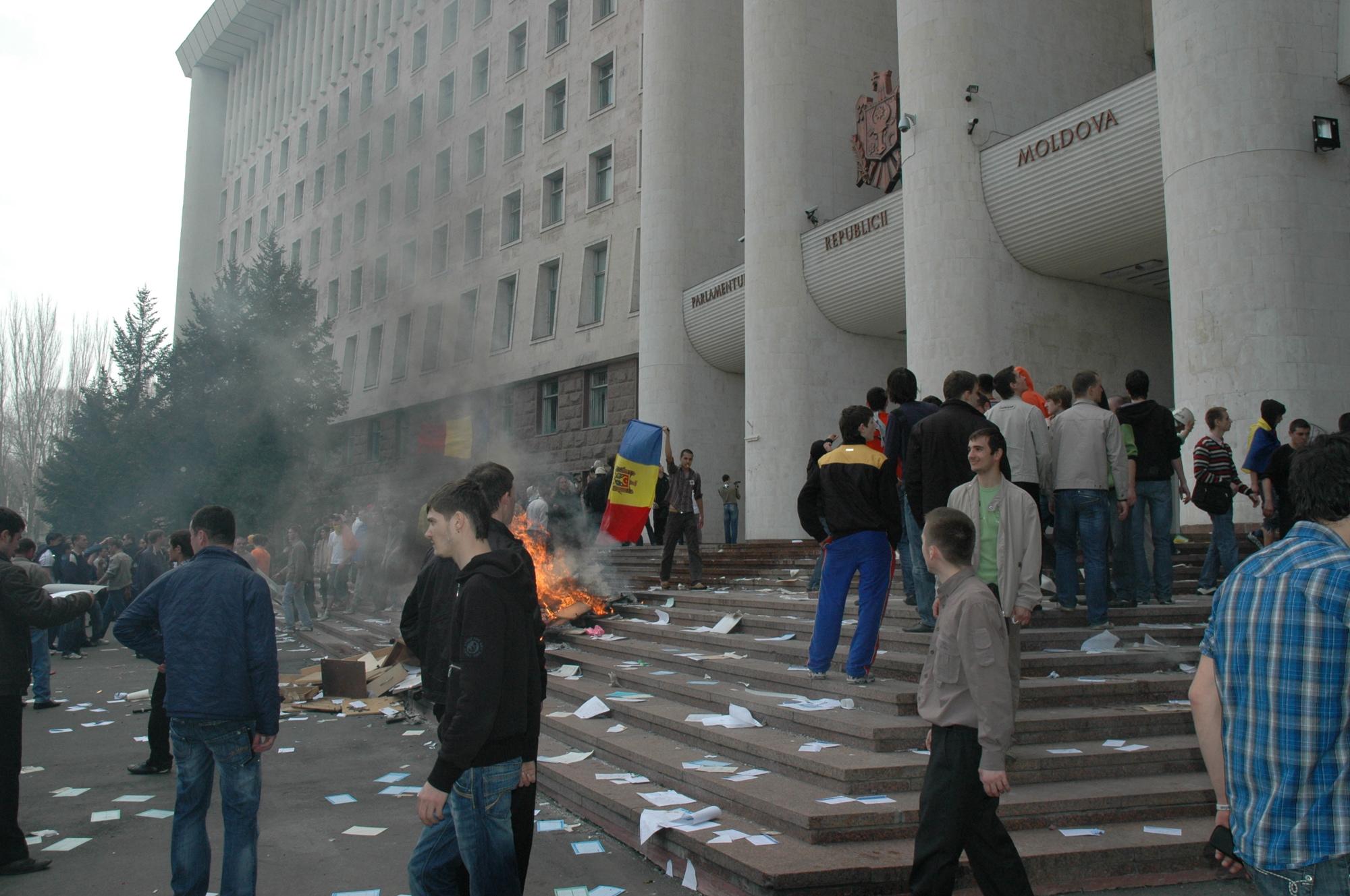 Demonstranten stürmen das Parlamentsgebäude (7. April 2009)
