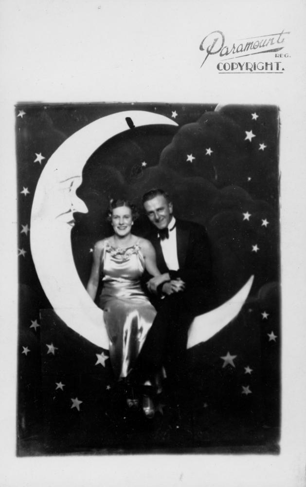 https://upload.wikimedia.org/wikipedia/commons/9/9e/Couple_posed_swinging_on_a_%27new_moon%27_at_the_Trocadero%2C_ca._1934_%284521967683%29.jpg