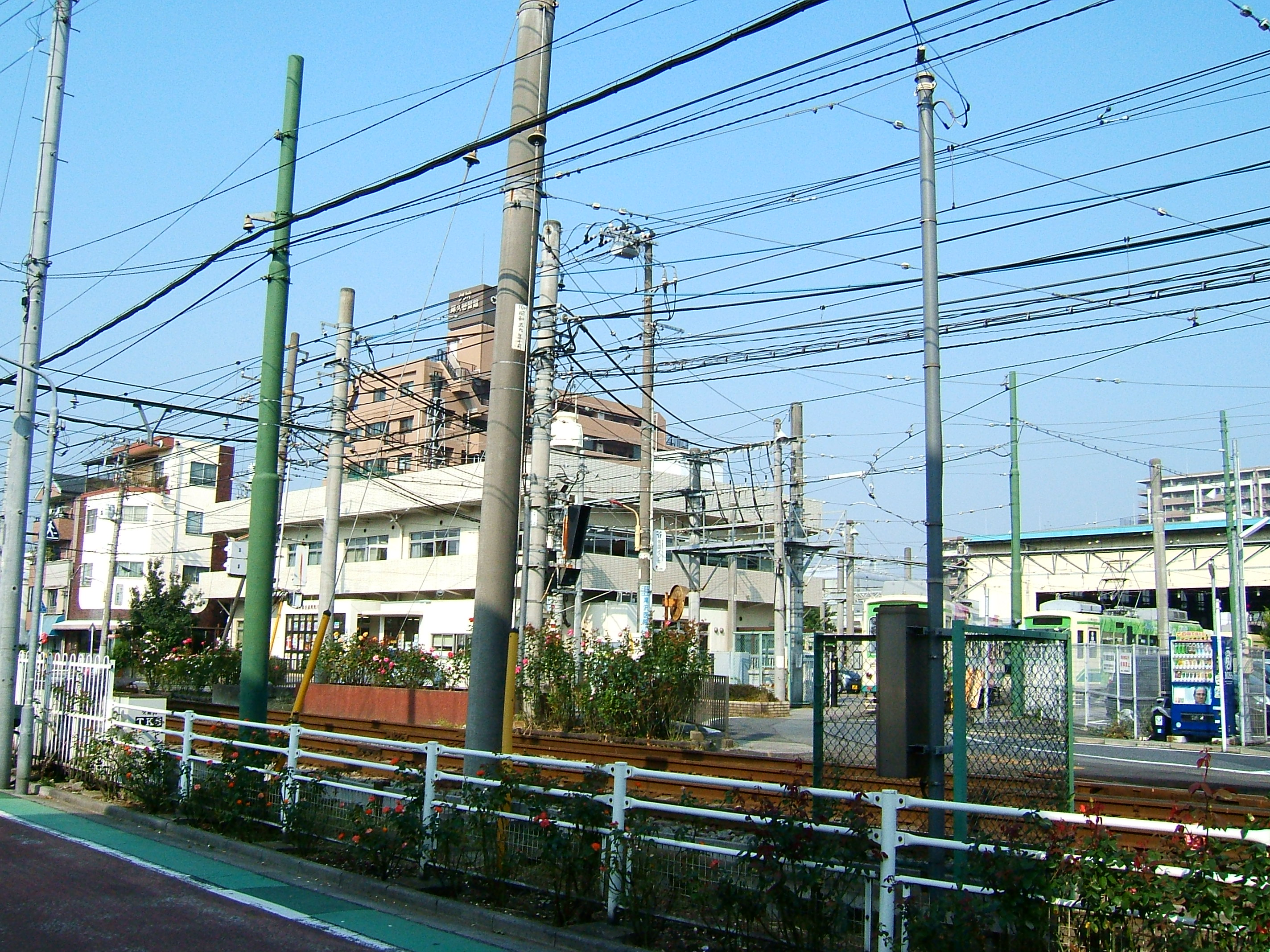 File:Electric wires of Tram 2, Arakawa Line.jpg - Wikimedia Commons