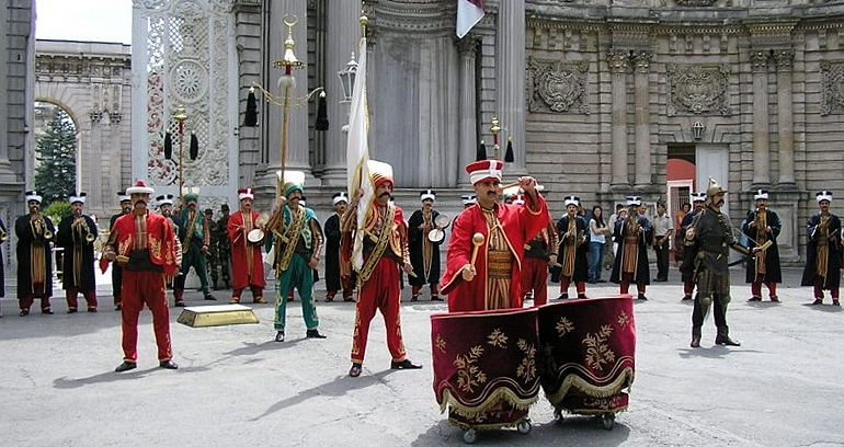 Fichier:Estambul Dolmabahce Parada.jpg