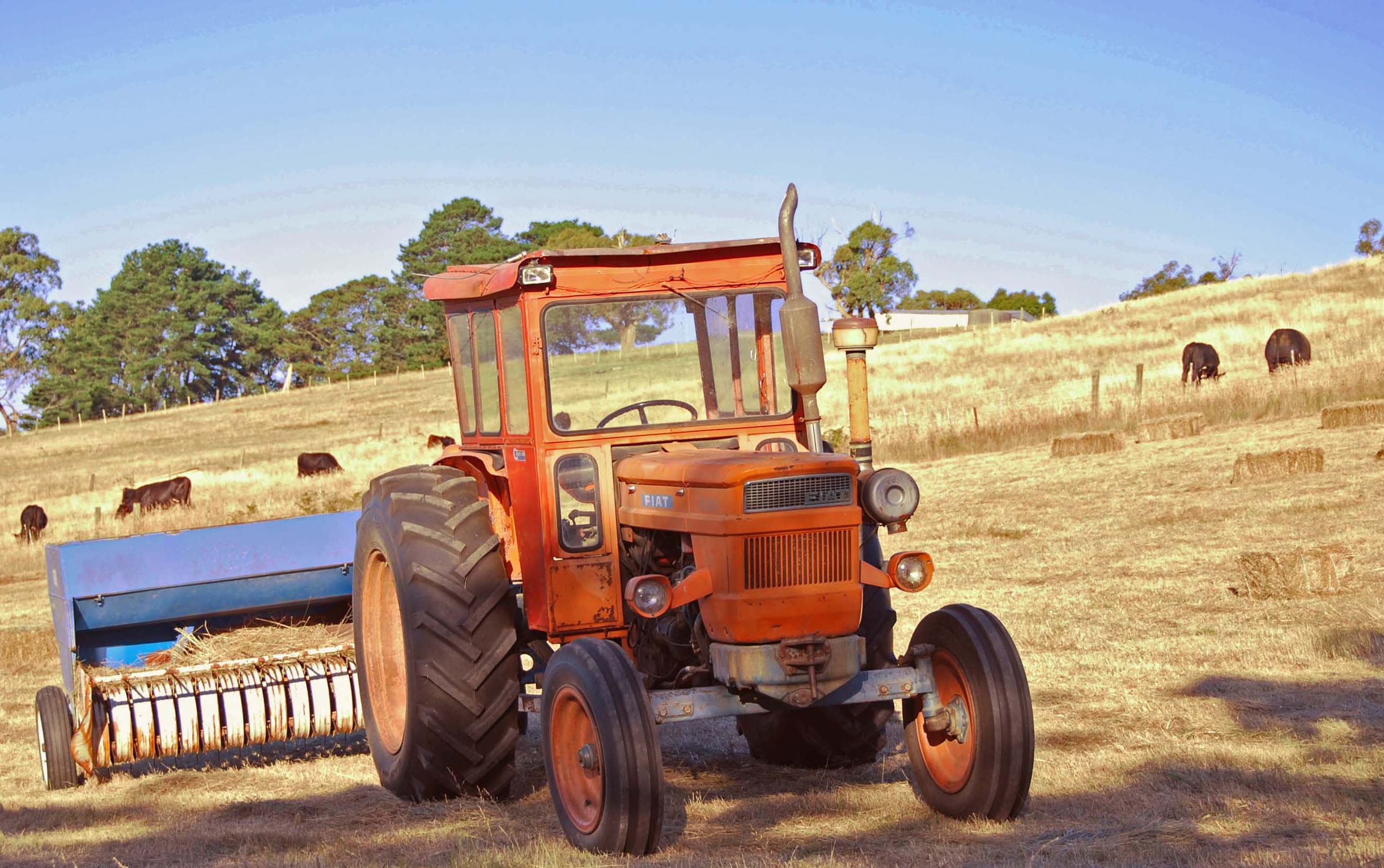 Hay Australia  city photo : Description Fiat tractor baling hay in Australia