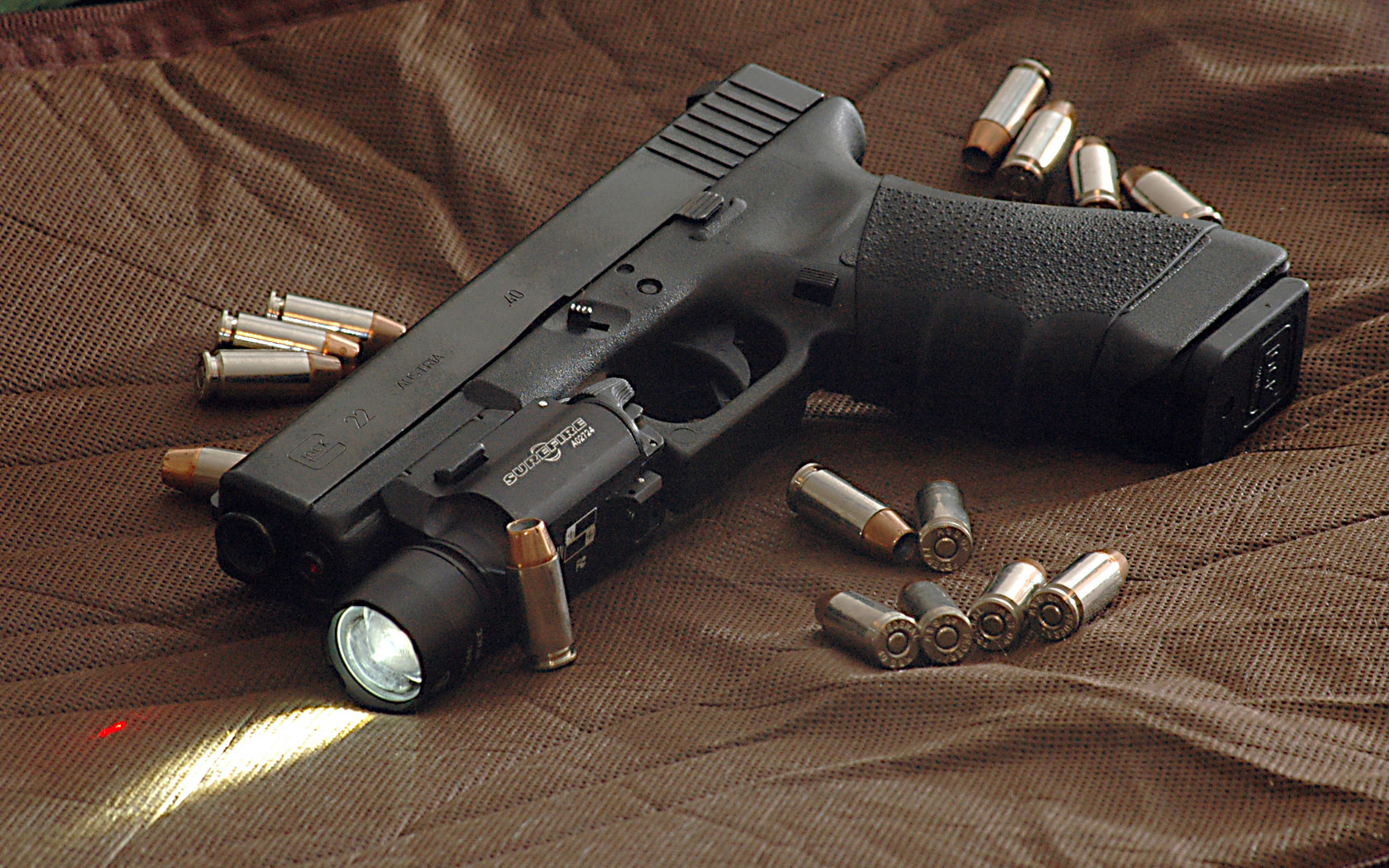 File:Glock 22 surrounded by .40 Hydra-shok bullets.jpg ...