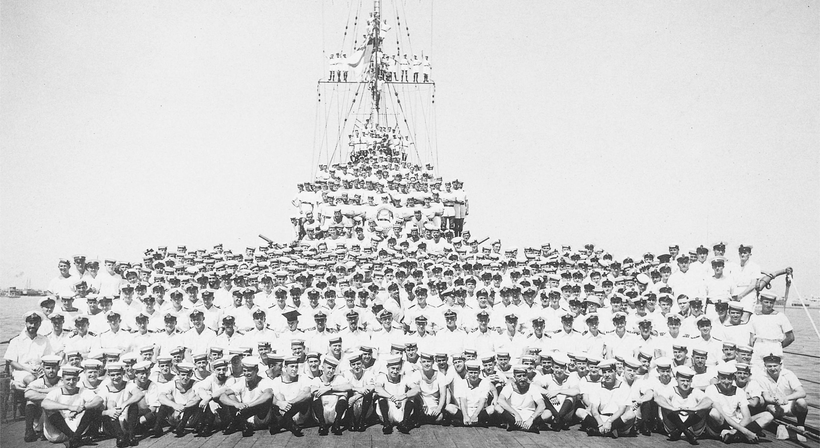 المسابقة العسكرية البحرية - صفحة 10 HMAS_Sydney_1934_crew
