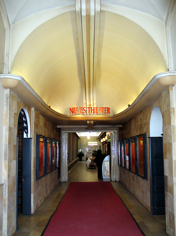 File:Haus Basse, Georgstraße 54, Durchgang zum Fahrstuhl ...