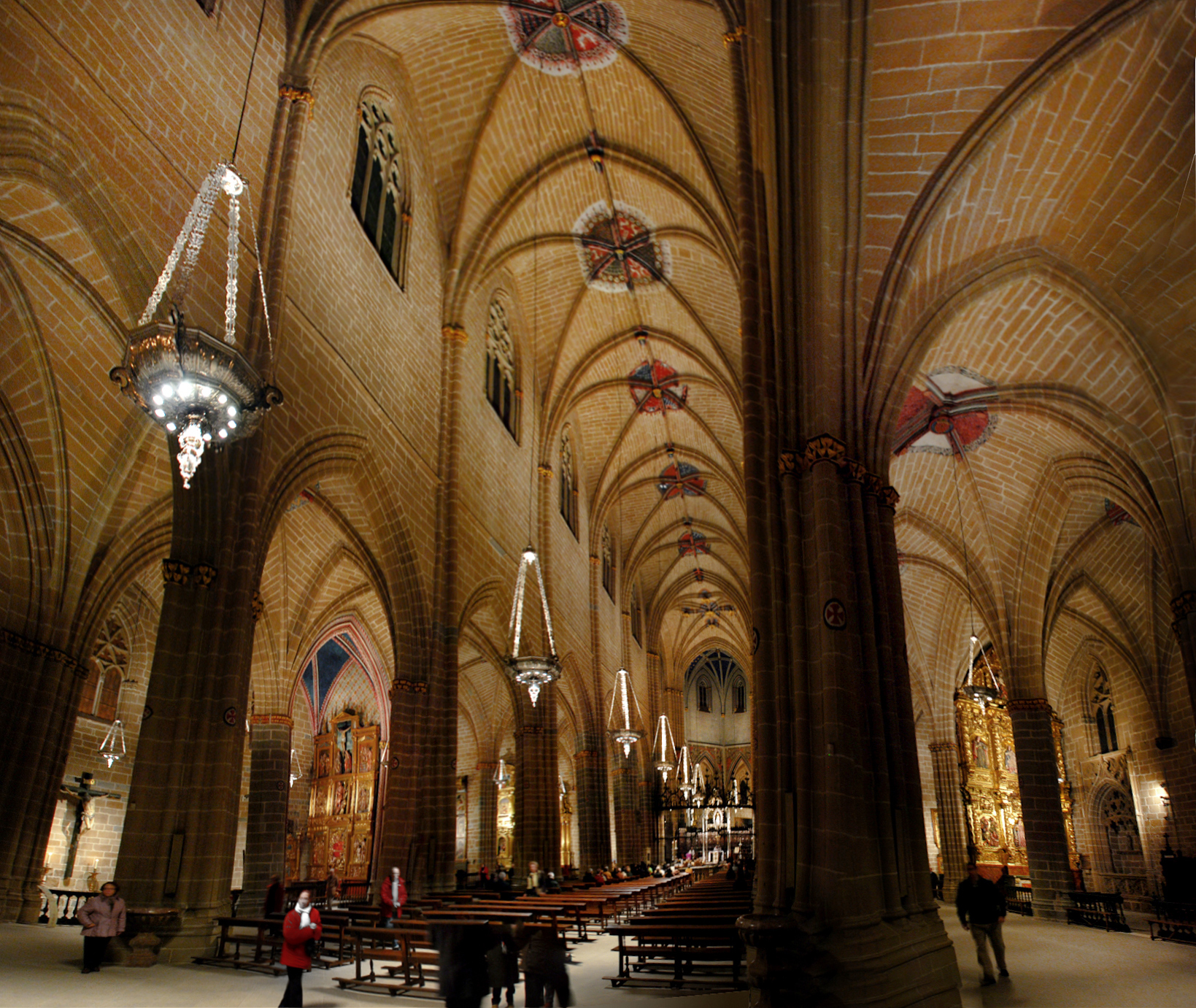 File interior naves catedral wikimedia commons for Interior iglesia romanica