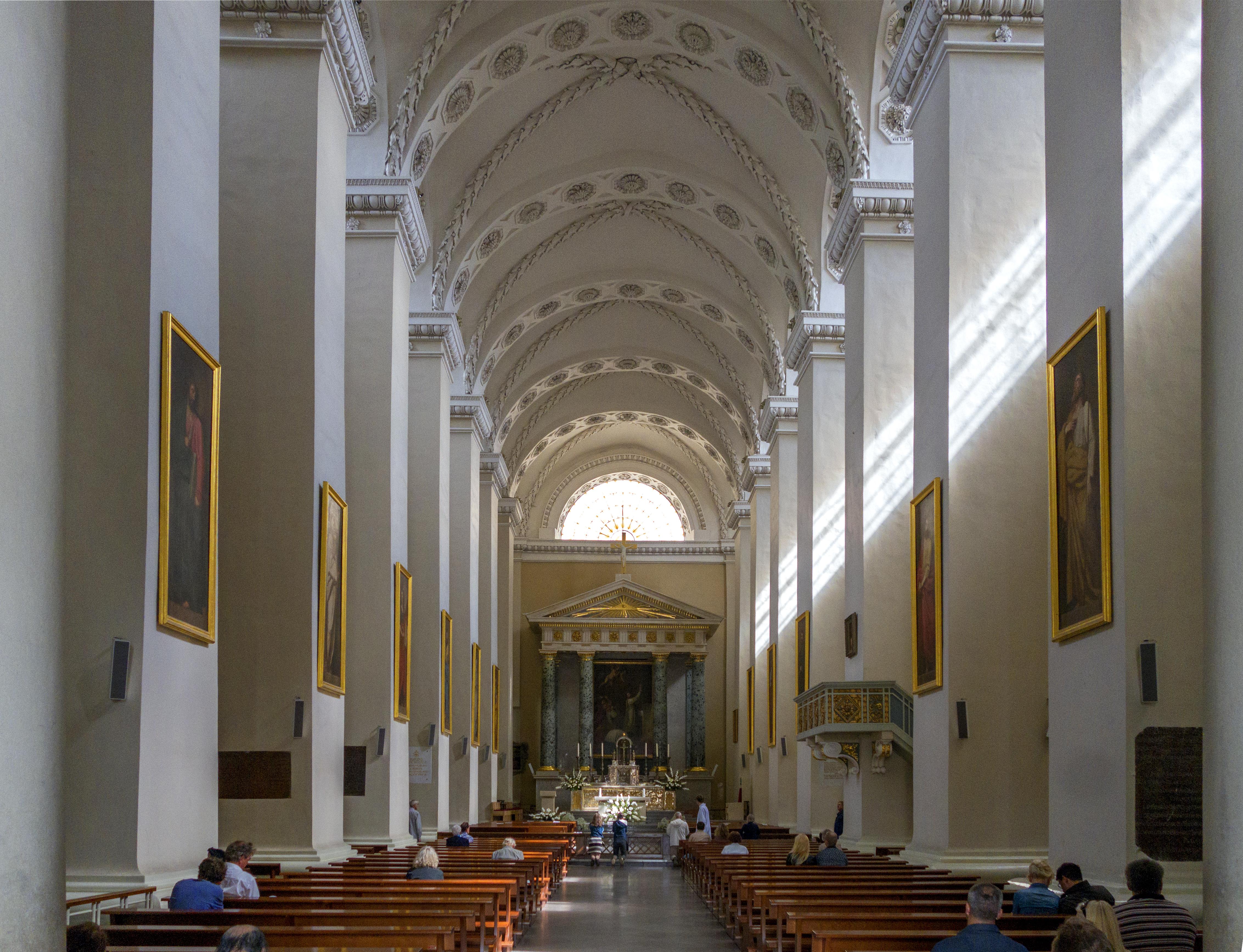 Interior_of_Vilnius_Cathedral_01%28js%29.jpg