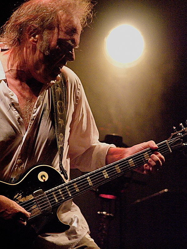 Neil Young en Florencia, en 2008, con la guitarra «Old Black».