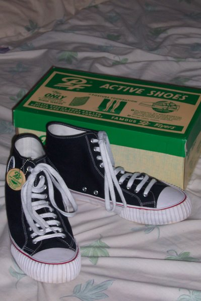 Файл:PF Flyers Center High Re-Issue sneakers black.jpg