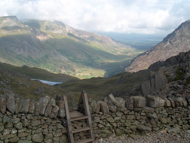 Stile and wall on the Bwlch Tryfan - geograph.org.uk - 1622408