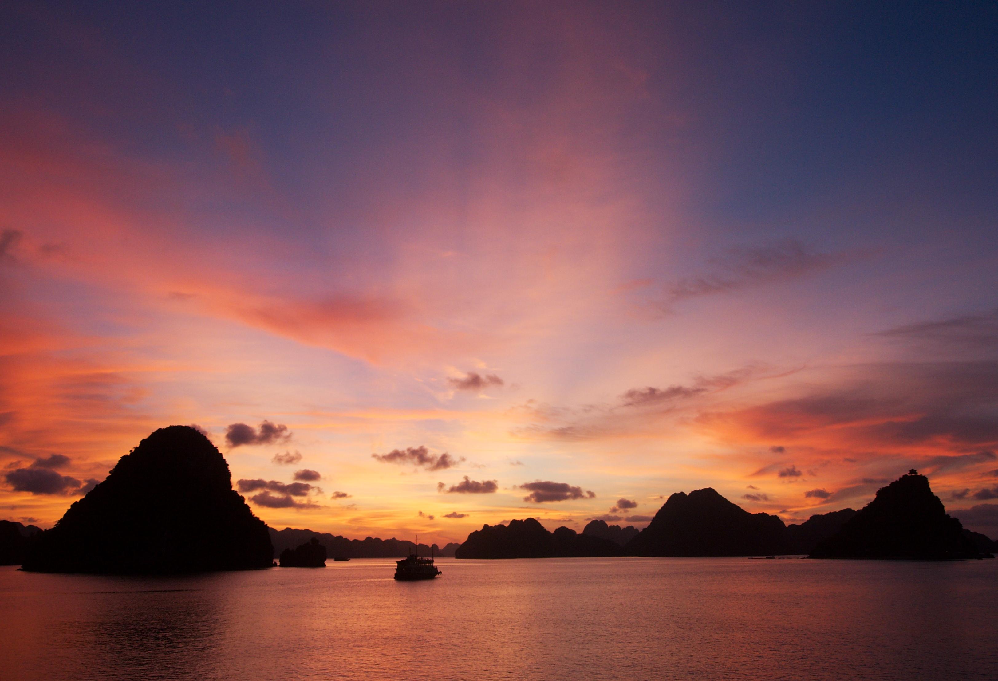 File:Sunset at Halong Bay.jpg - Wikimedia Commons