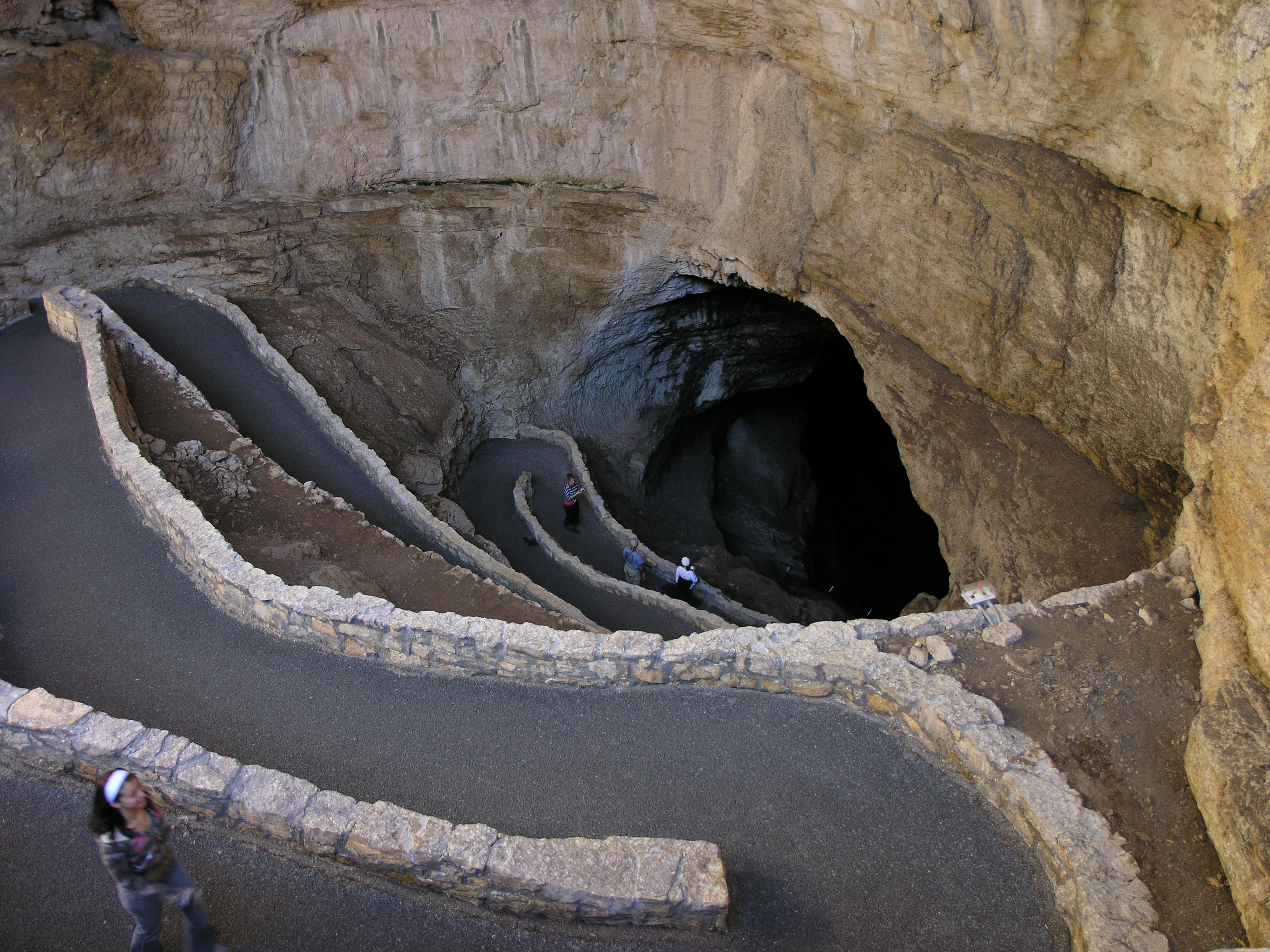 File:Switchbacks in Carlsbad Cavern.JPG - Wikimedia Commons