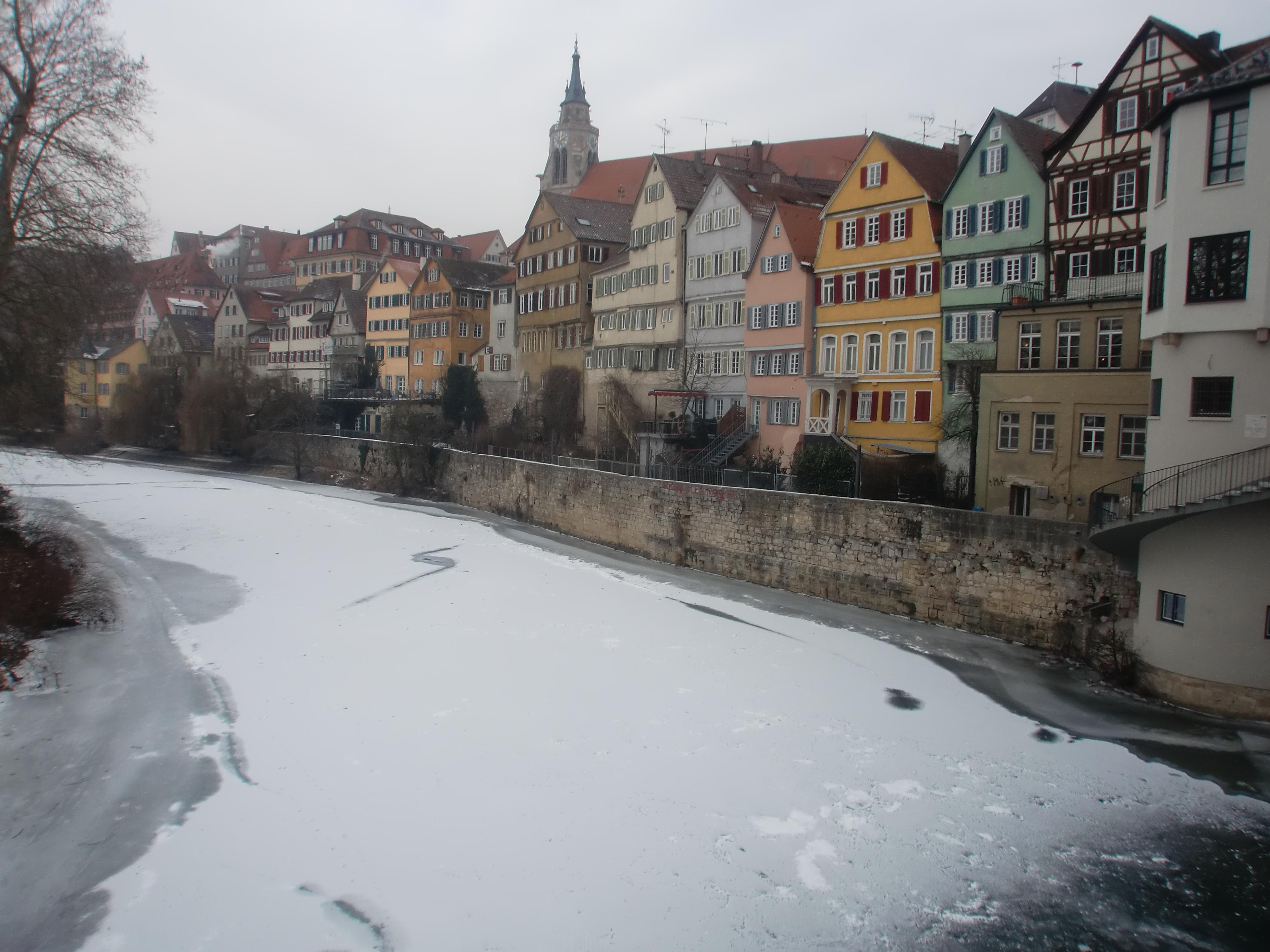 Bild des gefrorenen Neckars in Tuebingen 2012